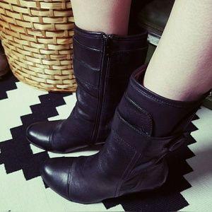 Super cute, BORN, heeled, button boots!!